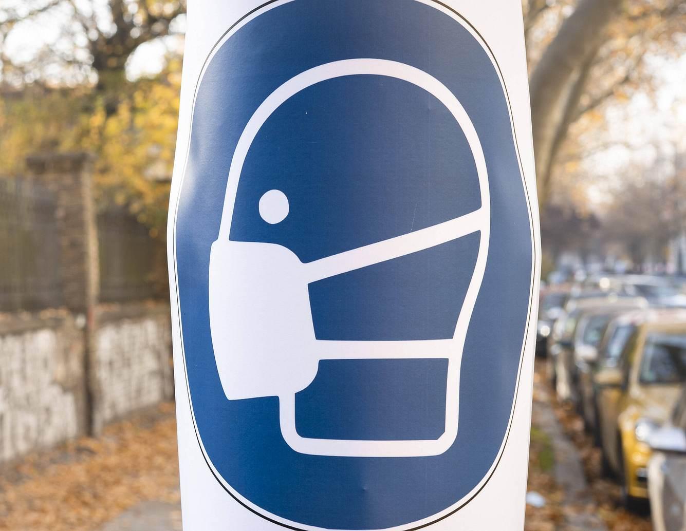 Maskenpflicht-Schild auf der Straße
