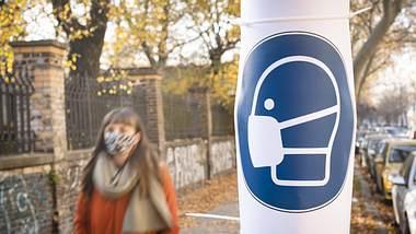 Maskenpflicht-Schild auf der Straße - Foto: imago images / photothek