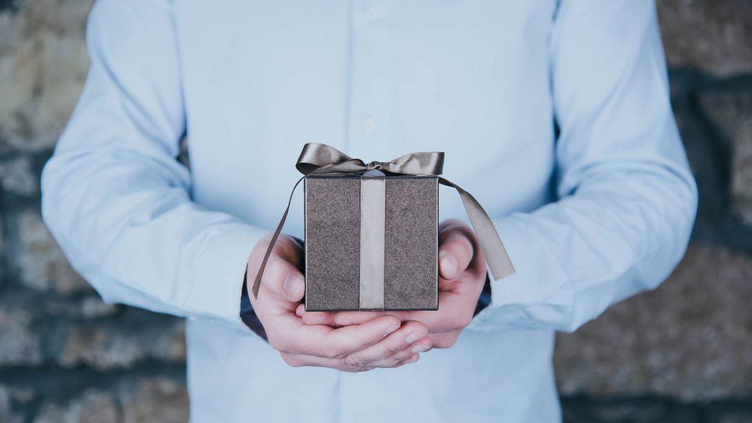 Geschenke zum Vatertag 2021 - Foto: Olga Niekrasova / iStock