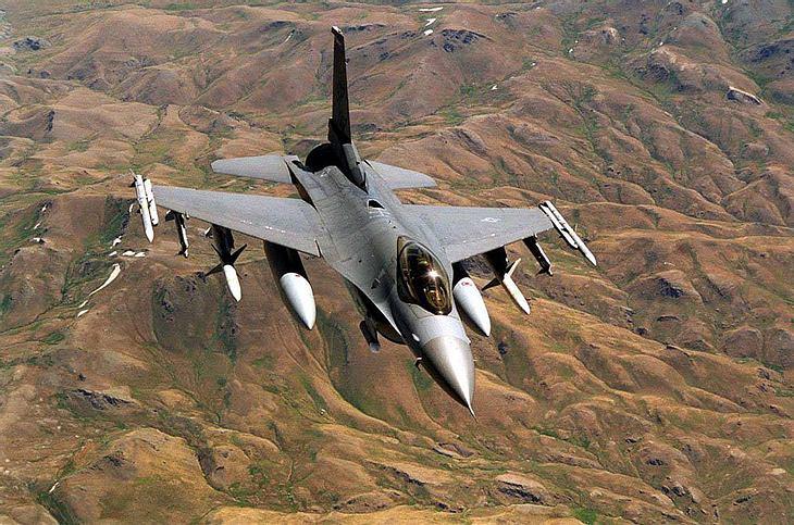 Ein F-16 Kampfjet fliegt über den Irak