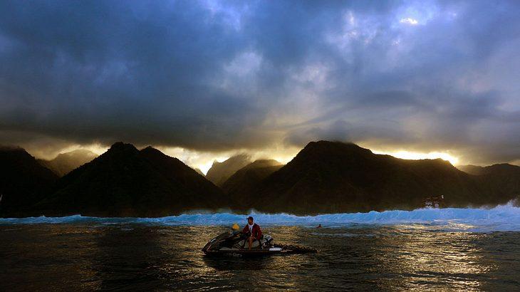 Die Wassermassen von Teahupoo stammen aus der stürmischen Antarktis, reisen durch den Pazifik und werden dann vor Tahiti aufgetürmt
