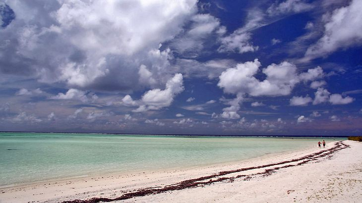 Die Südseeinsel Tahiti ist nur wenig größer als Berlin und fast vollständig umgeben von einem Korallenriff, das die Strände vor der starken Brandung schützt.