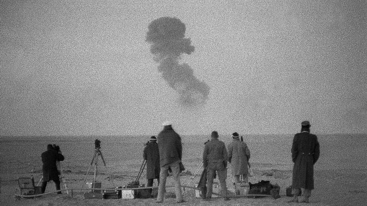 Unweit explodiert eine Atombombe in der algerischen Wüste