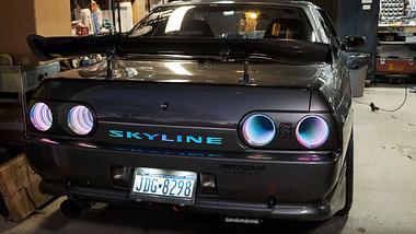 MacGyver lässt grüßen: Tüftler baut unglaubliche Beleuchtung in Nissan Skyline
