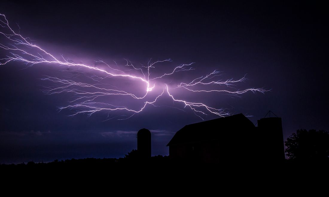 Gewitter-Blitze am Nachthimmel
