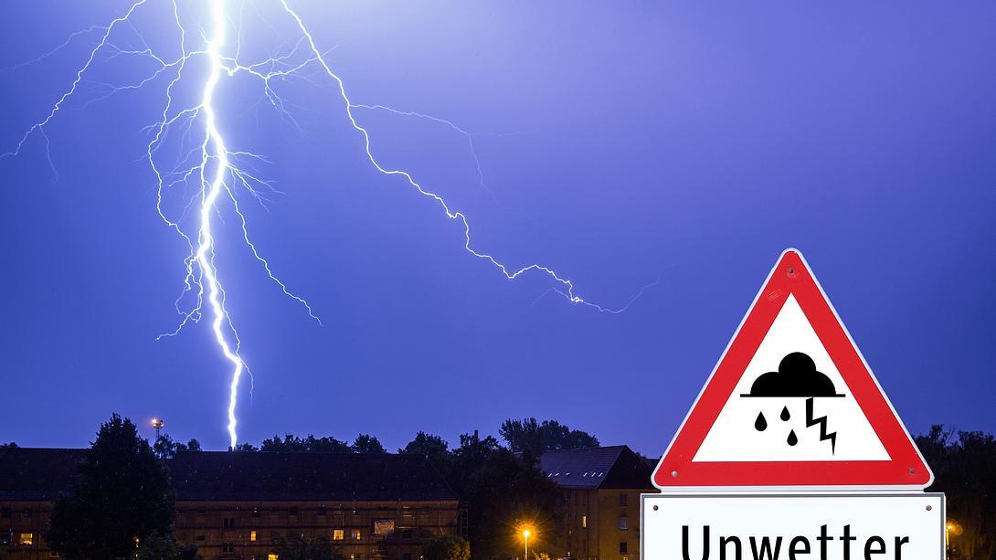 Gewitterlandschaft mit Warnschild im Vordergrund - Foto: iStock / Animaflora