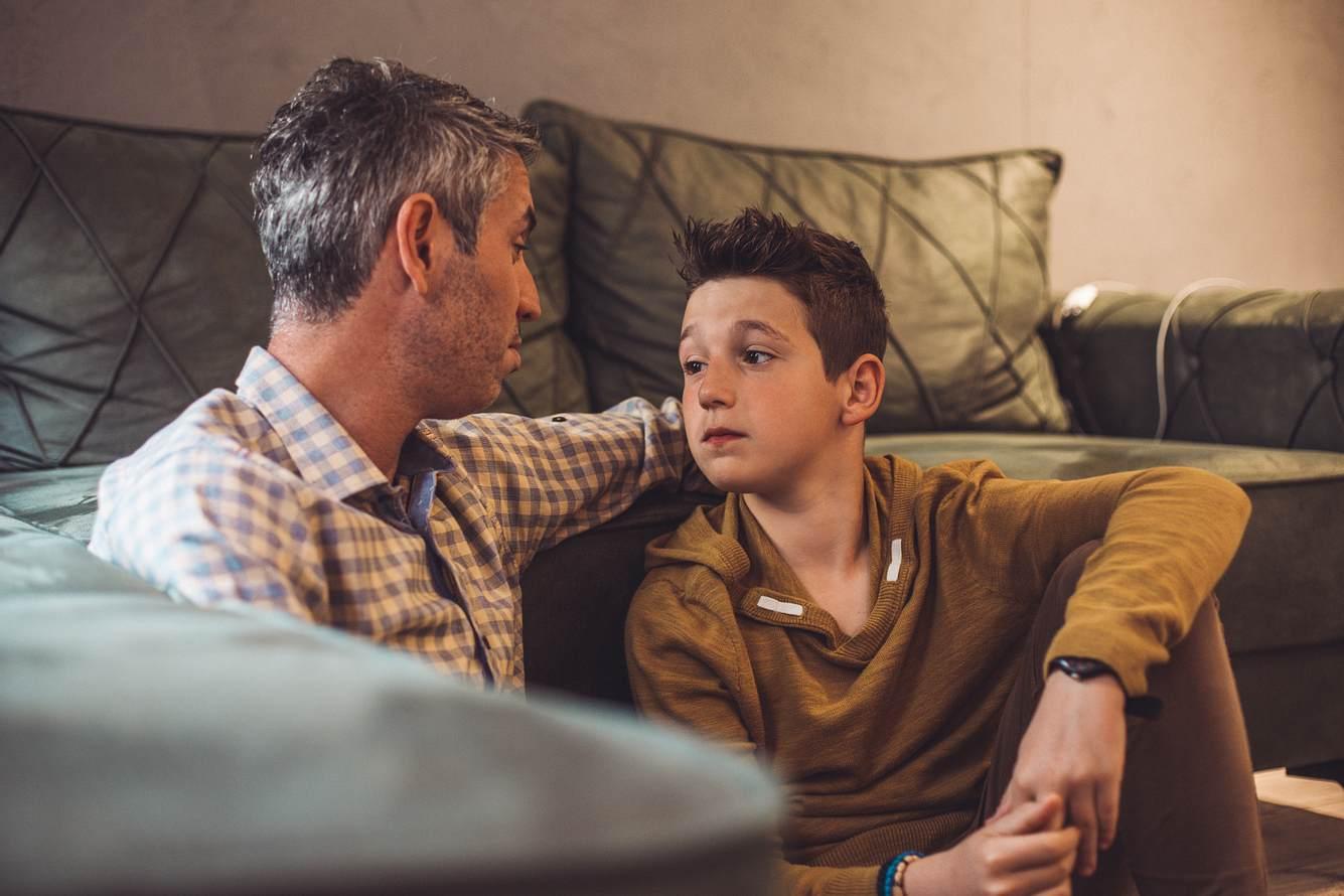 Vater spricht mit Sohn