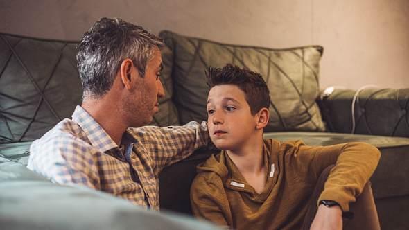 Vater spricht mit Sohn - Foto: iStock/Sneksy
