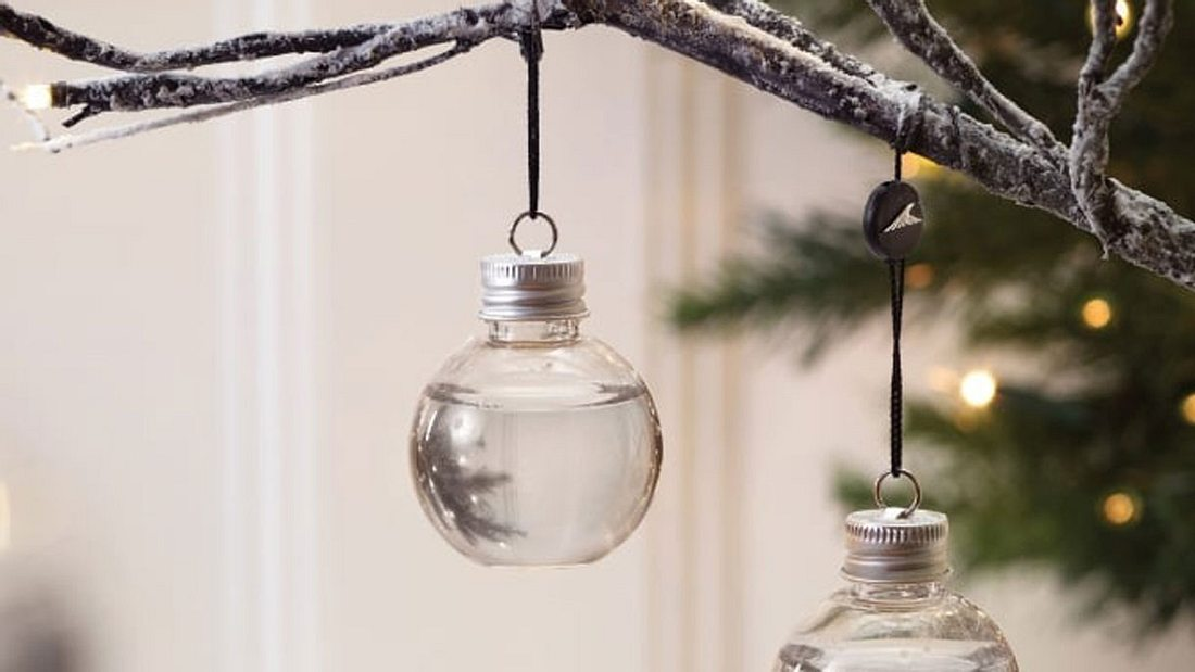 Mit Gin gefüllte Weihnachtskugeln