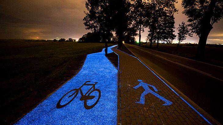 Blaue Leuchtmasse weist Fahrradfahrern den Weg