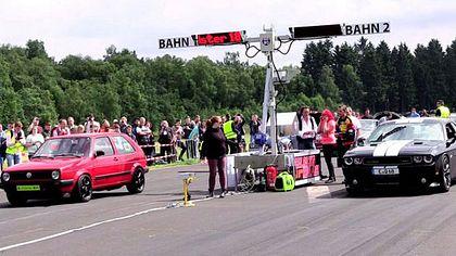 Drag Race: VW Golf 2 zersägt Dodge Challenger