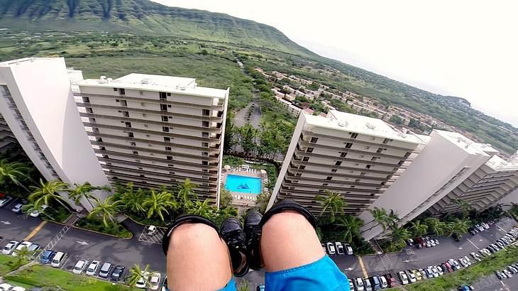 Fallschirmspringer Gage Galles fliegt auf Hawaii durch zwei Hochhäuser