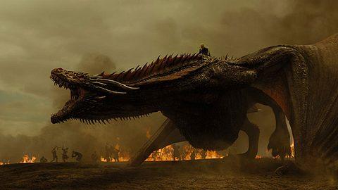 Daenerys Targaryen auf ihrem Drachen - Foto: HBO