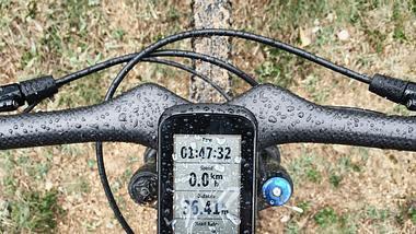 GPS-Tracker auf Rennrad aus der Vogelperspektive aufgenommen - Foto: iStock/olegbreslavtsev