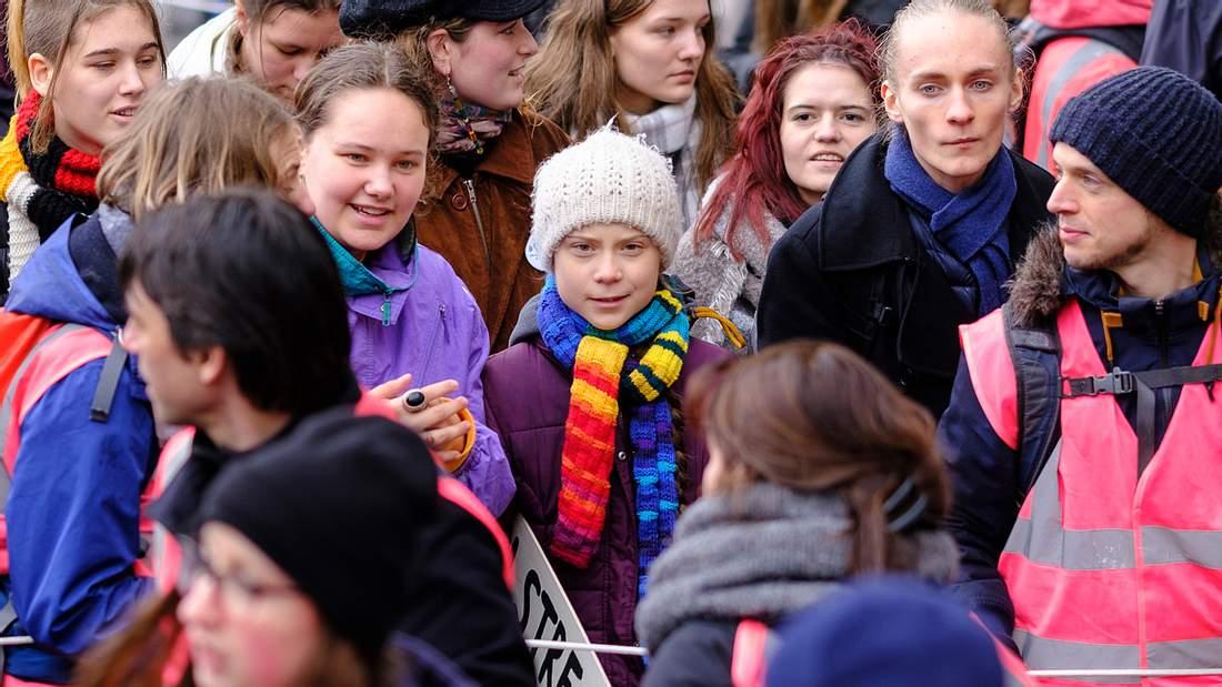 Greta in einer Menschenmenge