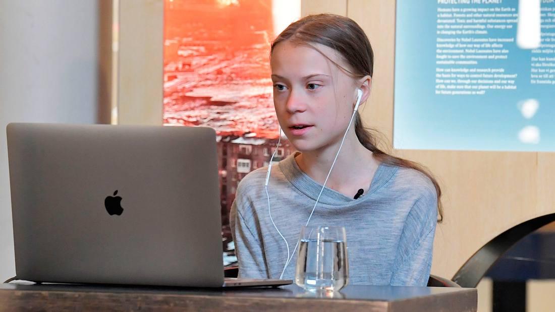 Greta Thunberg sitzt vor einem Laptop