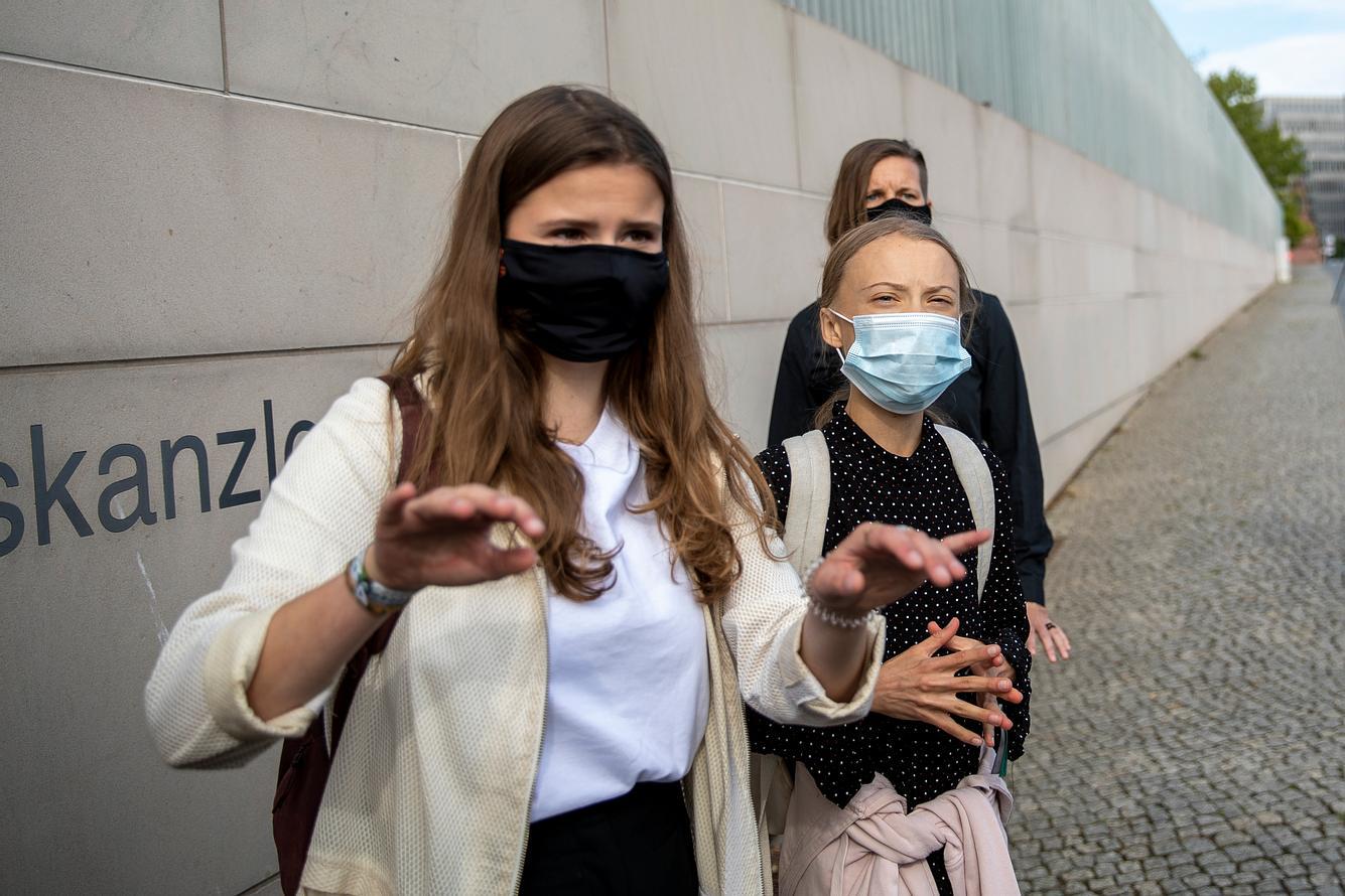 Greta Thunberg und Luisa Neubauer vor dem Kanzleramt