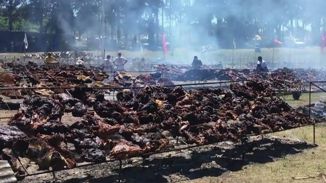 Uruguay stellt Weltrekord für größtes Grillfest auf - Foto: YouTube / Kanal AFP news agency