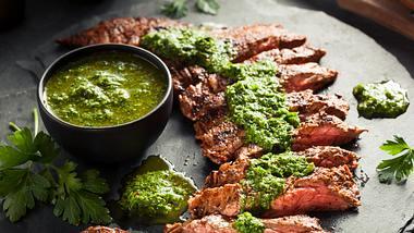 Grillsauce zu Fleisch - Foto: iStock/bhofack2