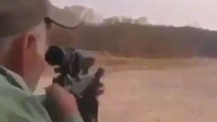 Großwildjäger erschießt schlafenden Löwen.