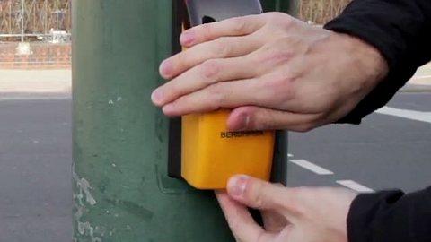 Polizeitrick soll Ampeln auf Grün springen lassen. - Foto: YouTube/Geniale Tricks