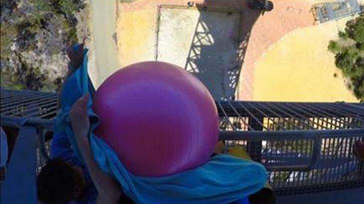 Video: Mit Wasser gefüllter Gymnastikball explodiert