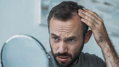 Was als Ursache hinter starkem Haarausfall stecken kann