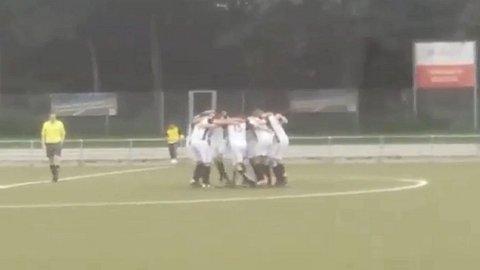 Verrückt: Fußballteam schockt Gegner mit Sparta-Formation