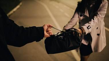 Handtaschendieb - Foto: iStock / South_agency