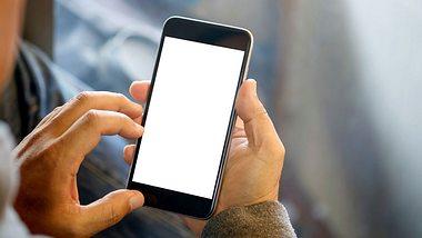 Für Handybesitzer ändert sich bald wohl einiges (Symbolfoto) - Foto: iStock/BongkarnThanyakij