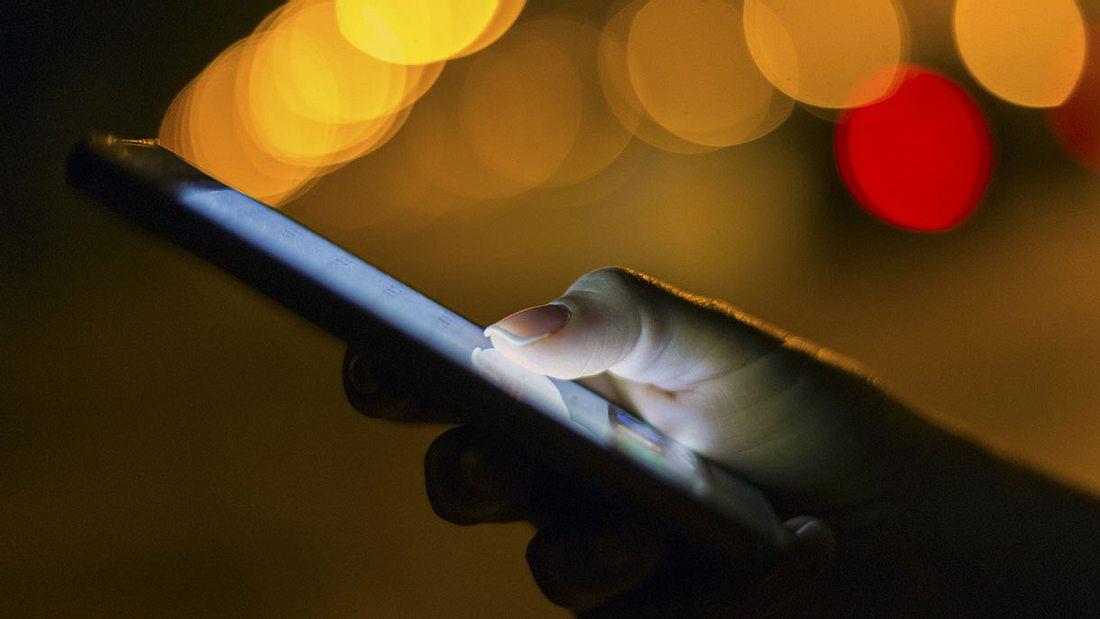 Handy bei Nacht