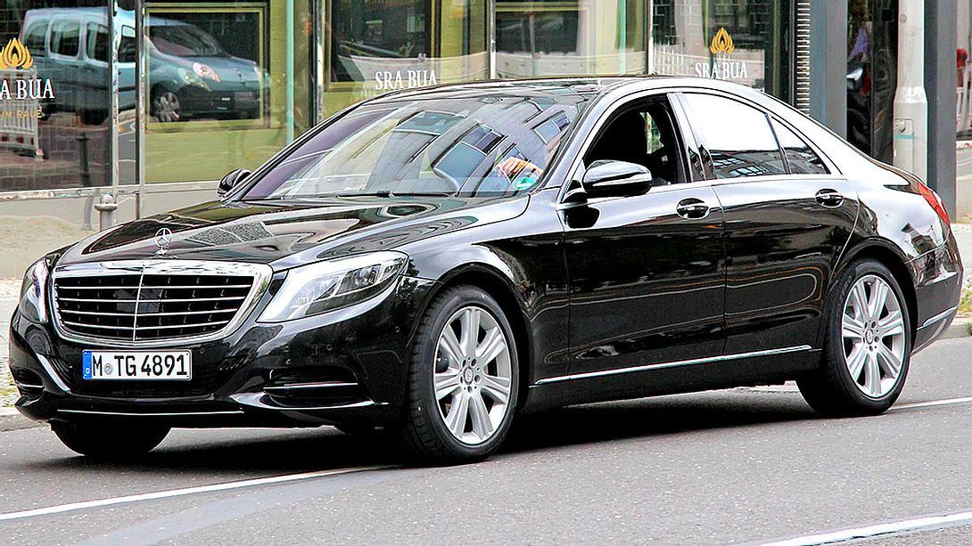 Polizei beschlagnahmt Luxus-Autos von HARTZ-4lern direkt vor dem Job-Center