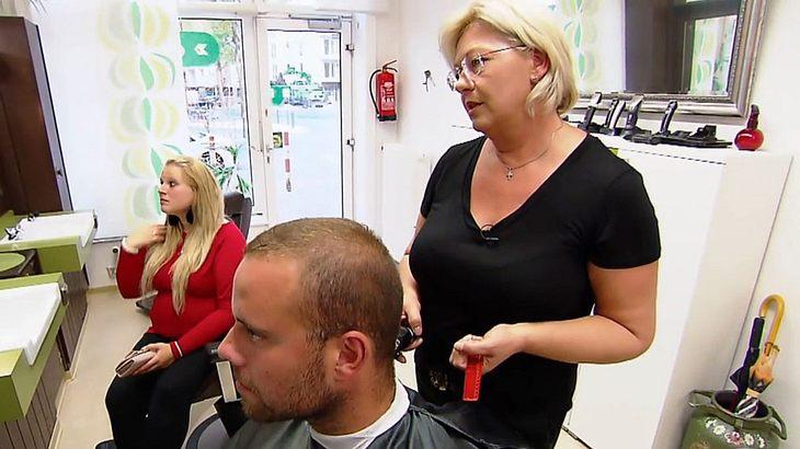 HartzIV-Empfänger Christian beim Friseur.