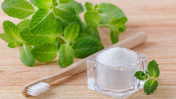 Hausmittel für weiße Zähne - Foto: iStock
