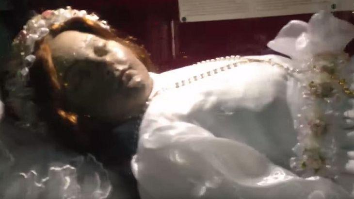Die Leiche einer Heiligen öffnet ihre Augen - nach 300 Jahren!