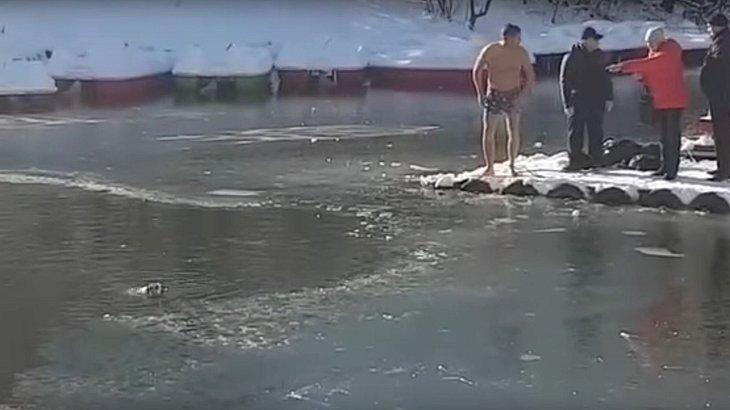 Mann rettet Hund aus fast zugefrorenem See