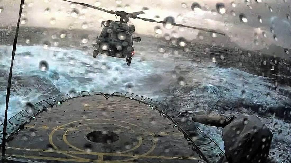 Ein Pilot der dänischen Luftwaffe landet seinen Helikopter während eines Sturms auf einem Kriegsschiff