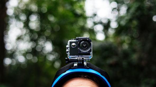 Ein Mann mit blauen Helm und Helmkamera - Foto: iStock/Rawpixel