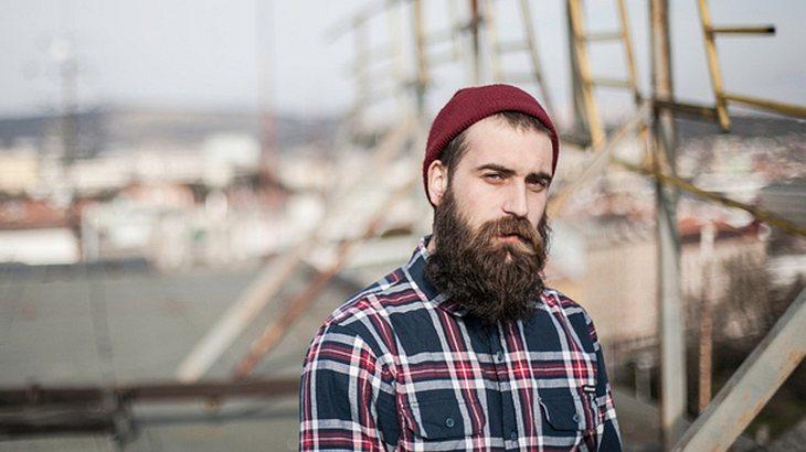 Hipster mit Bart: Der typische Look mit Karohemd und Mütze