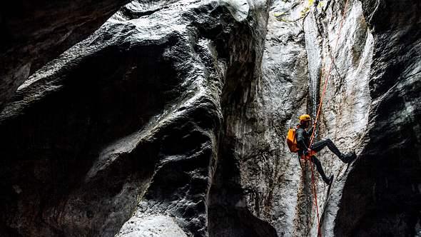 Abstieg in die Höhle - Foto: iStock / EXTREME-PHOTOGRAPHER