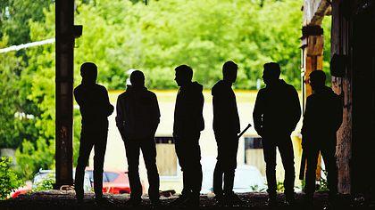Eine Gruppe bewaffneter Männer - Foto: iStock / shironosov