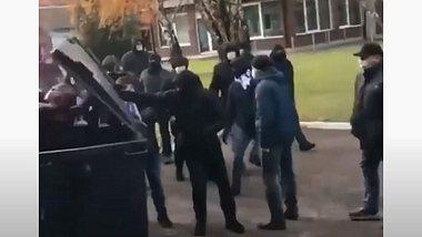 Video: Hooligans schieben Vereins-Boss in Mülltonne durch Straßen