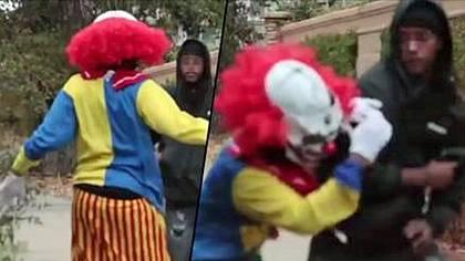 Ein frecher Horror-Clown wird im kalifornischen Stockton von einem bewaffneten Gangster verprügelt - Foto: YouTube/HoodClips