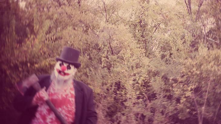 Man jagt Tochter in Clownsmaske