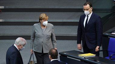Horst Seehofer (l.), Angela Merkel und Jens Spahn im Bundestag - Foto: Getty Images /Sean Gallup