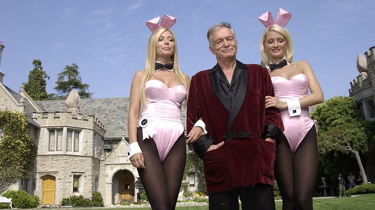 Hugh Hefner vor der Playboy Mansion mit Holly Madison (rechts)