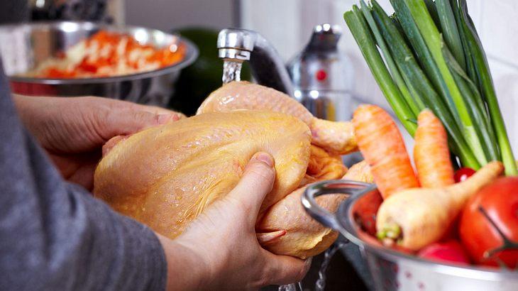 Darum solltest du rohes Hähnchen vor dem Kochen nicht abspülen