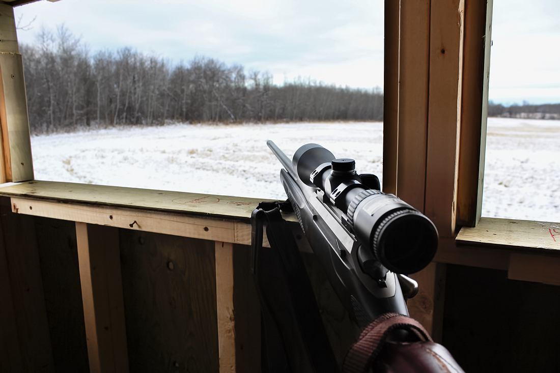 Aus dem Fenster gerichtetes Gewehr