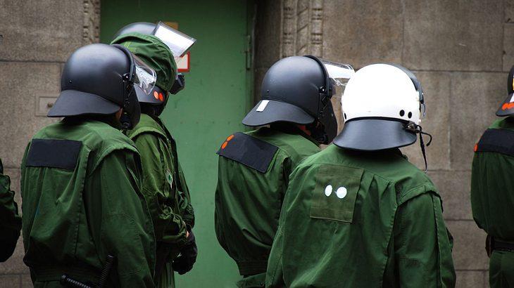 Ein Spezialkommando der Polizei nimmt Clan-Chef fest (Symbolfoto).
