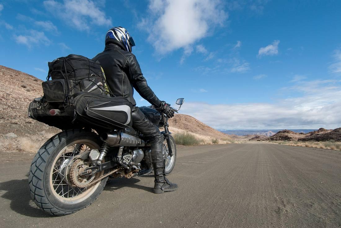 Motorradfahrer mit Tasche